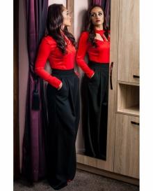 Червена дамска блуза с ефектно деколте